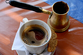 GRESK GUFF: Den er spesiellt, men har du fått smaken på gresk kaffe, vil du savne den når du drar hjem. Kjøp med deg pulver og koker.