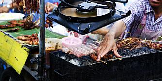 SPIS GRILLMAT: Nygrillet kjøtt fra gaten er ofte sikrere enn buffetmaten på hotellet.