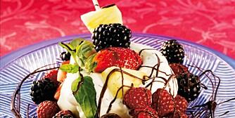 LEKKER SOMMERDESSERT: Bær og frukt med Crème fraîche med og friske urter.