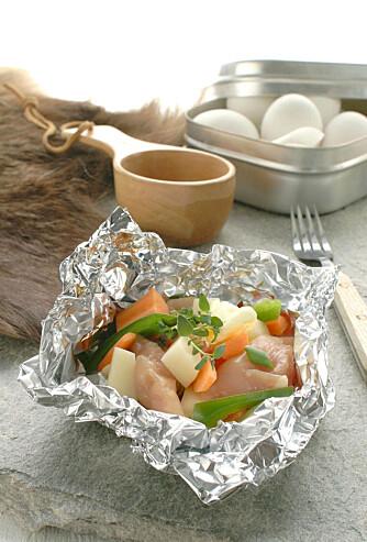 MIDDAG: Pakk inn biter av kylling, pølser eller fisk sammen med grønt og legg det på bålet. Godt brød smaker godt til.