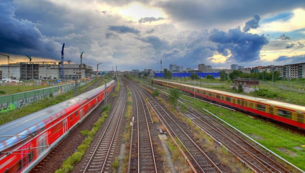 BERLIN: Det er når vi bytter tog i Berlin at moroa virkelig begynner. Tyskerne kan det med effektivitet og komfort. Bistrovognen er en åpenbaring.