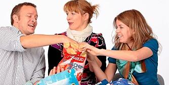 SMAKSPANELET: Christopher Sjuve (34), Kari Romøren (32) og Ingvild Bjerke Høygaard (27) vurderer smaken mens en ernæringsfysiolog ser på næringsinnholdet.