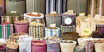 FARGERIKT: Et kryddermarked i Egypt er en fest for øyet. Kanskje du finner noe her som du aldri har sett eller smakt før.