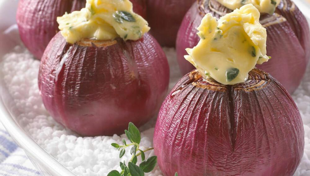 """BAKT LØK: Løk er viktig """"krydder"""" i mange retter, men kan også spises som en rett i seg selv. Her er bakt rødløk med timiansmør."""