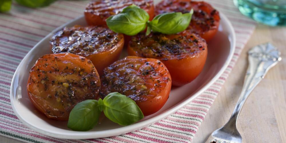 STEKTE TOMATER:  Del tomatene i to. Dryss på salt, pepper og oregano.  Stekes i ildfast form til de har fått litt gyllen farge, ca. 225 °C i ca. 10 minutter.