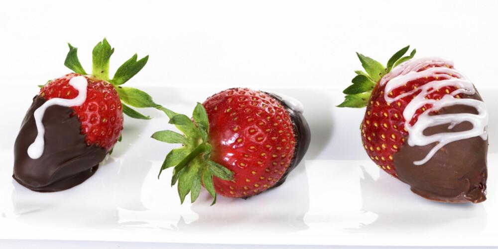 SJOKO-LYKKE: Dypp jordbærene i smeltet sjokolade, og legg dem i kjøleskapet til sjokoladen har stivnet. Litt melis på toppen, og du har nydelig sommerkonfekt.