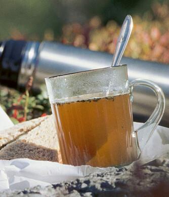 KRYDDERBULJONG: Kakao er godt, men hvorfor ikke slå til med god gammeldags buljong? Wenche putter tørkede urter i for ekstra smak.
