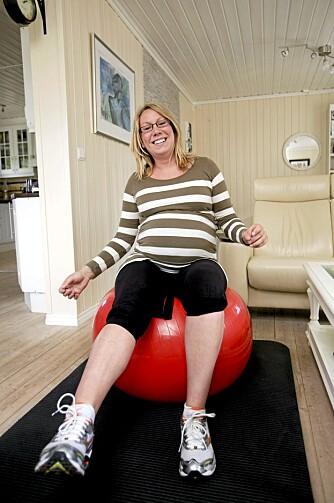 ØVELSE 2: Tone myker opp bekkenet på en treningsball foran tv-en. Fem minutter om dagen er bedre enn ingenting.