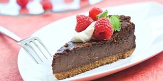 MED MØRK SJOKOLADE: Sjokoladekake og ostekake i en og samme kake.