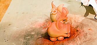 9. Nå gjenstår det å spraye med rød konditorfarge, men vær forsiktig. Husk at grisen skal være rosa.