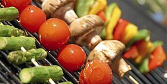 GRØNNSAKER PÅ GRILLEN: Både asparges, tomater, champignin, paprika, squash, løk og poteter egner seg utmerket på grillen.