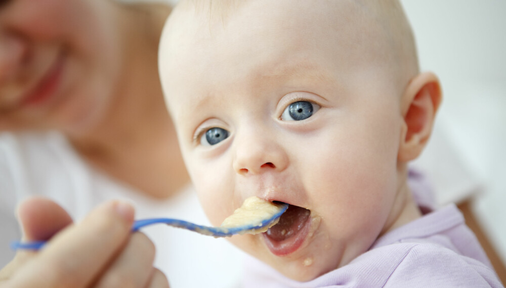 Velling til baby: På nett florerer det av spørsmål og oppskrifter omkring velling. Ekspertene mener imidlertid at morsmelk og morsmelkerstatning alltid trumfer velling, som er en tynn grøt. Foto: Gettyimages.com.