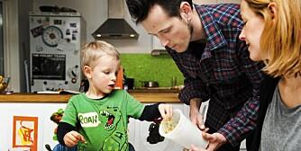 UTEN MELK OG GLUTEN: Ask, pappa Kjetil og mamma Une spiser nå samme mat. Foto: Anne Elisabeth Næss.