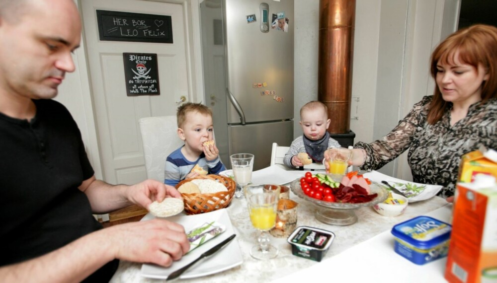 ET ROLIG MÅLTID: Det var ikke vanlig før Leo begynte på diett. Pappa Tore, Leo, lillebror Liam og mamma Renate koser seg ved frokostbordet. Foto: Anne Elisabeth Næss.