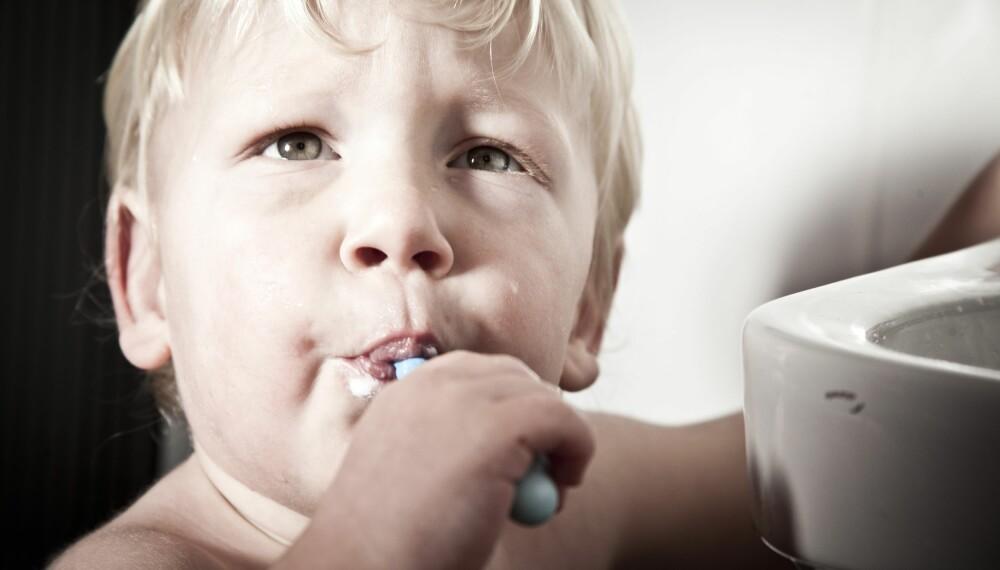 SYNDERNE: Dårlig munnhygiene, tungebelegg og hull i tennene er også vanlige årsaker til dårlig ånde - også hos barn. Foto: Gettyimages.