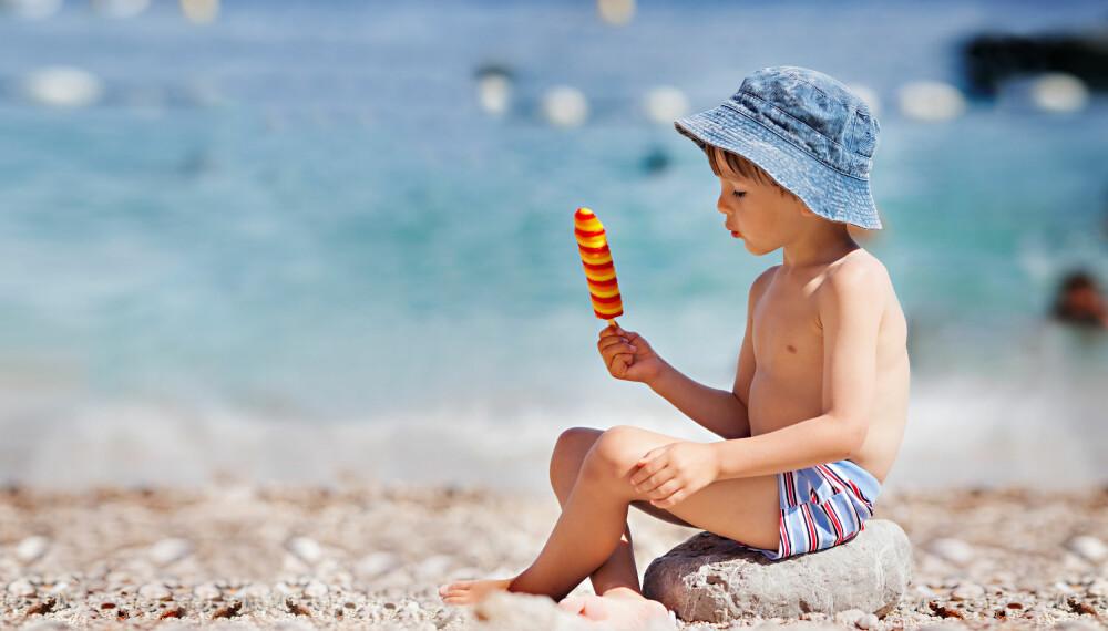 SOL OG BARN: Solkrem, solhatt og helst også solbriller er nødvendig for å beskytte de minste mot solstrålene. Foto: Gettyimages.com.