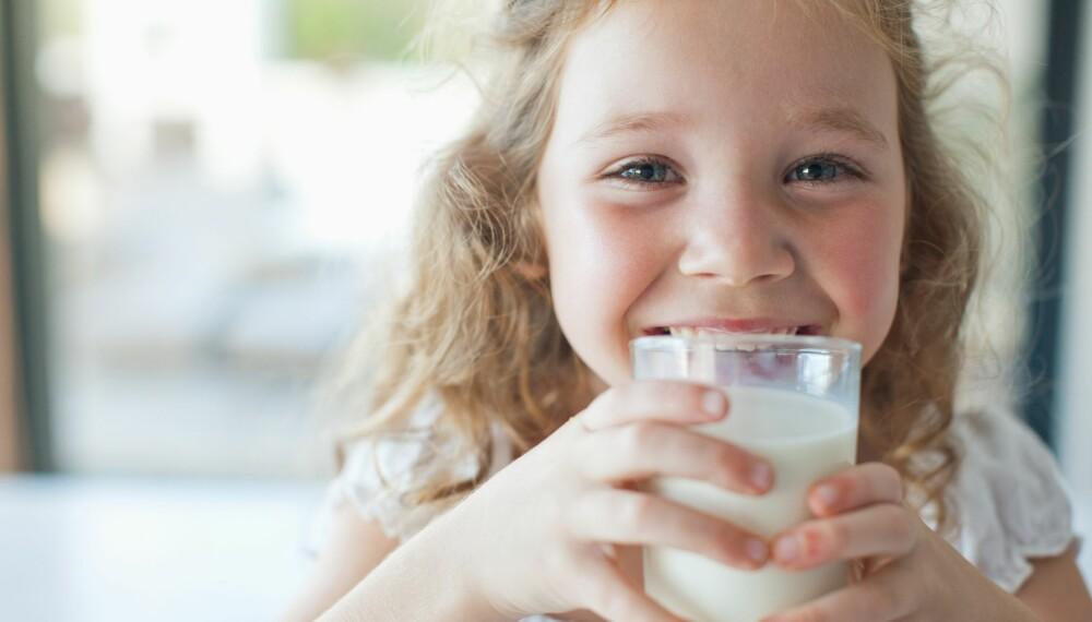 BARN OG MELK: Lurer du på hvor mye melk barnet ditt egentlig bør drikke? Flere av ekspertene mener at melkens funksjon er overdrevet. Foto: Gettyimages.com.