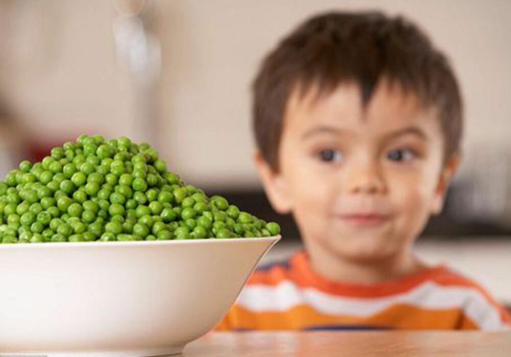 SKEPTISK: Slik får du barna til å spise grønnsaker til middag.