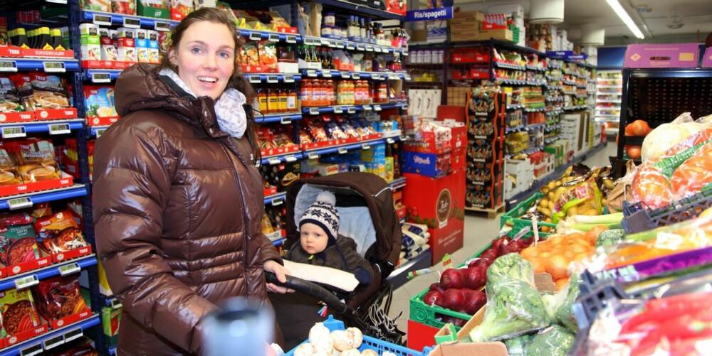 PENGER Å SPARE: - Jeg kan nok spare 2000-3000 i året, sier Oddny Brustad (29), her med sønnen Torgrim (1), om prisforskjellene på frukt og grønnsaker. Hun kan spare mye mer enn det.