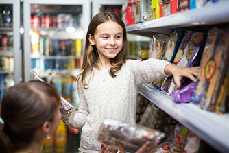 MATBUDSJETT: Hvor mye bruker din familie på mat i måneden? Ifølge Sifos referansebudsjett trenger en familie på 3 personer cirka 7050 kroner til mat og drikke. Foto: Gettyimages.com