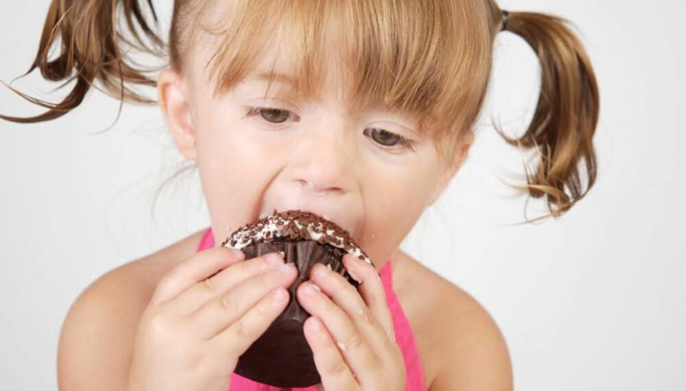 SØT BELØNNING: Lover du barna søtsaker om de spiser middagen først? Da burde du tenke deg om.