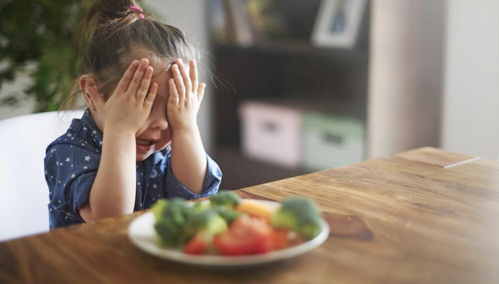 BARN OG GRØNNSAKER: Det kan være utfordrende å få barna til å spise de viktige næringsstoffene som følger grønnsaker, fisk og grovbrød. Her får du ti tips som kan forenkle prosessen. Foto: Gettyimages.com.
