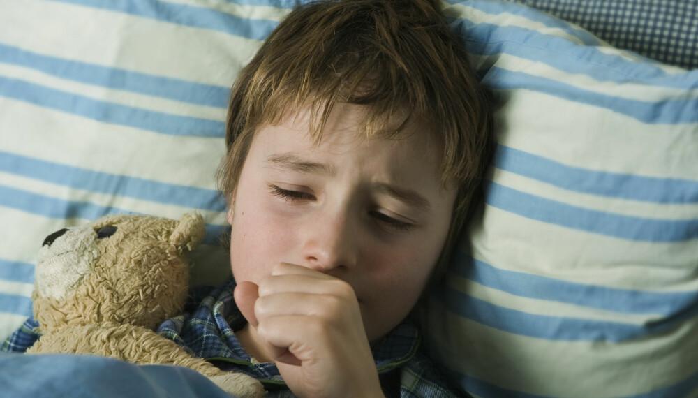 BARN MED HOSTE: Når gi hostesaft, og når kontakte legen? Alt du trenger å vite om barn og hoste.