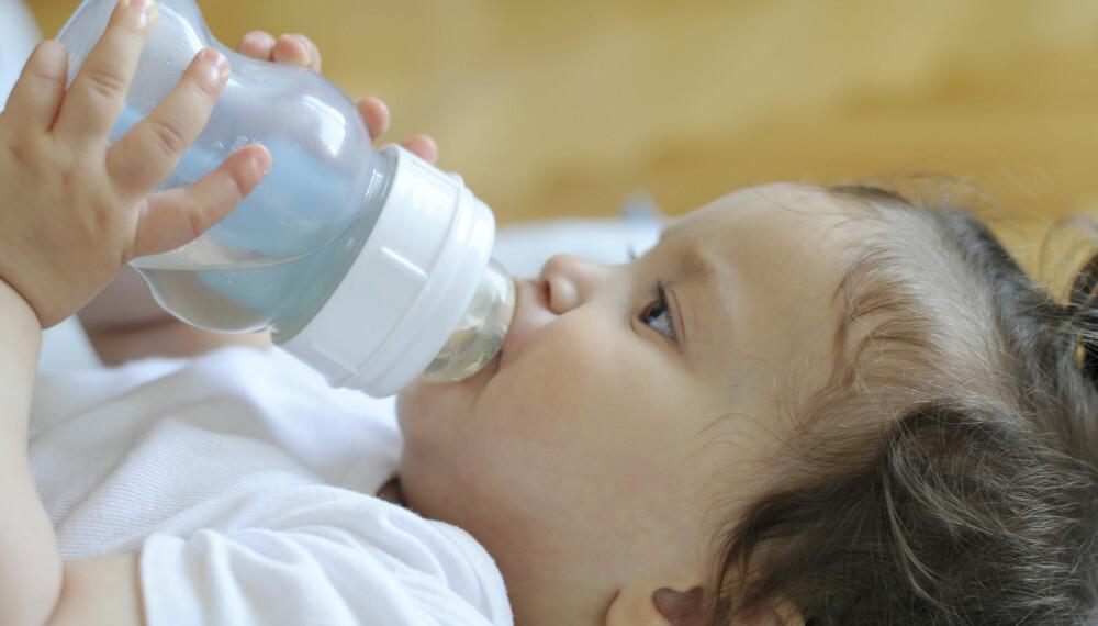 DRIKKE TIL BABY: Er du usikker på når babyen er stor nok til å få de ulike drikkevarene, som kumelk, fruktjuice og vann? Ekspertene gir deg sine råd hvorvidt gjelder all drikke til baby. Foto: Gettyimages.com.