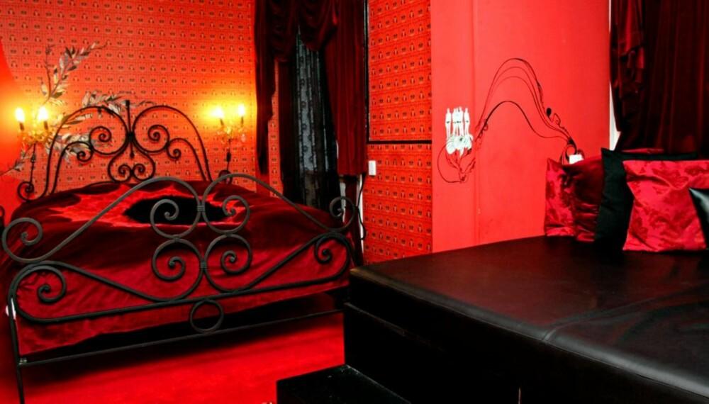 DESIGN: Alle de 61 hotellrommene på Hotel Fox har sitt eget uttrykk, utformet og innredet av 21 grafiske designere, illustratører og kunstnere. Her et rom holdt i mørkerødt.