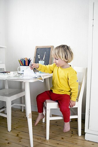 I gangen i andre etasje i boligen har Milo (5) og Misha (3) fått sitt eget, lille kreative hjørne. I et skap har de papir, fargestifter og annet materiale lett tilgjengelig. Her jobber Milo iherdig med å sikre rett blåfarge.