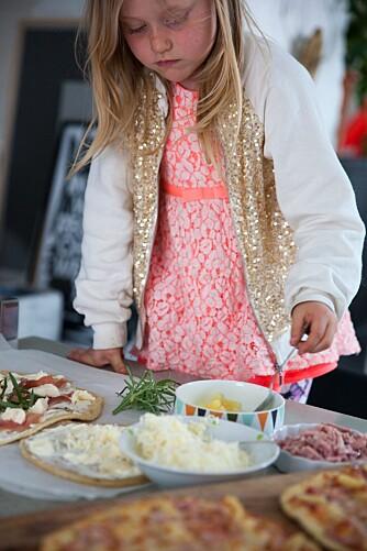 LAG SELV: Setter du fram ingrediensene i skåler, kan hvert barn lage sin egen pizza. Foto: Per Olav Sølvberg.