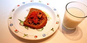 ANBEFALES STERKT: Grovbrød med makrell i tomat og ekstra lettmelk.