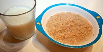 ANBEFALES: Havregrynsgrøt og et glass melk.