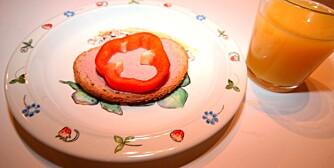 KAN FORBEDRES: Kneipbrød med leverpostei, paprikaskive og et glass appelsinjuice.