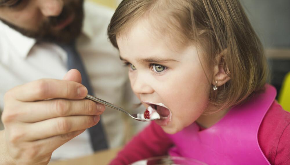 SALT OG BARN: Barna dine kan få i seg alt for mye salt uten at du er klar over det. Dette er det anbefalte saltinntaket til barn. FOTO: Getty Images.
