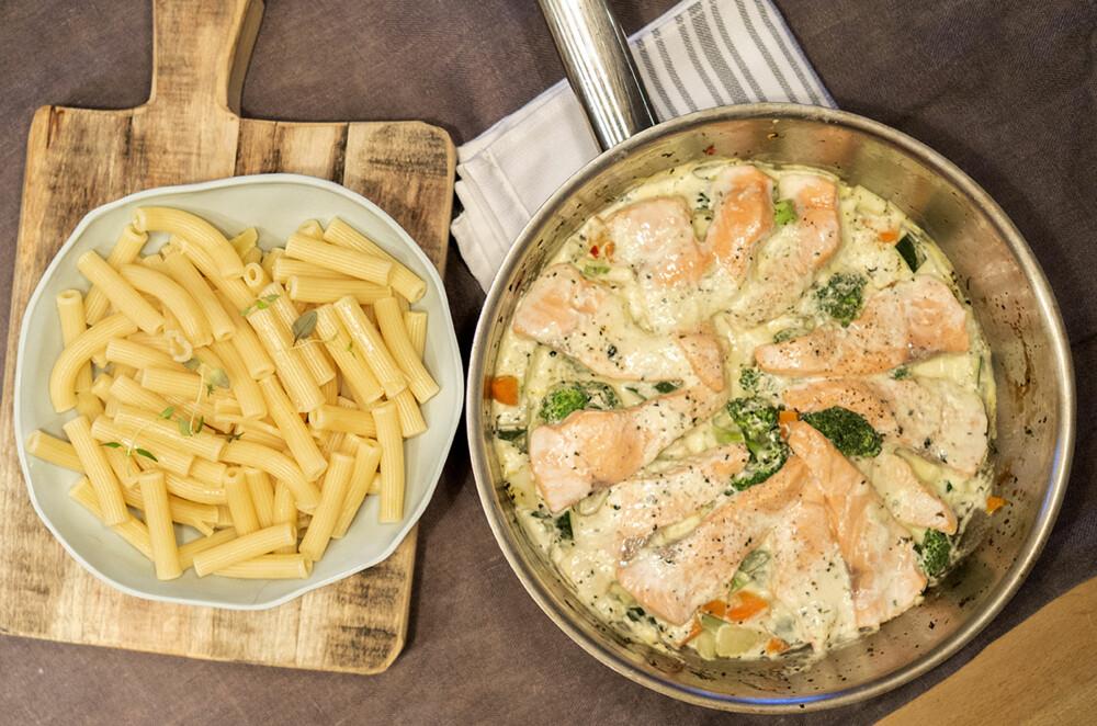 FISKEMIDDAG PÅ 20 MINUTTER: Laks og pasta i en fei.