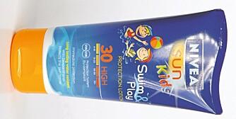 LITT AV ALT: Sun Kid Swim & Play inneholder allergifremkallende, hormonforstyrrende og miljøbelastende stoffer.