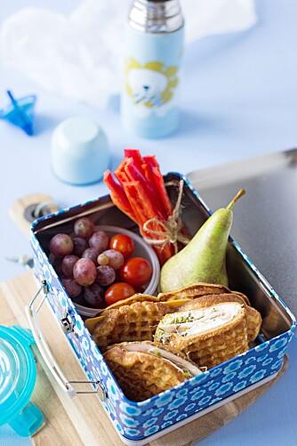 GROVE VAFLER: Lag en matpakke med grove vafler, grønnsaker og frukt. Vaflene vil garantert falle i smak – selv om de er uten sukker. Foto: Line Dammen.