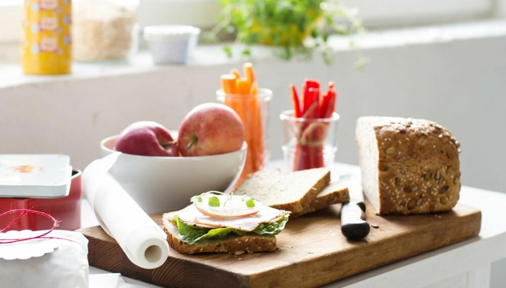 MATPAKKE TIL BARN: Hold humøret og matlysten oppe med god og variert mat. Og du, husk at grovt brød inneholder mer enn 50 prosent sammalt mel. De grove typene inneholder fiber som er bra for fordøyelsen, og som gir langvarig metthetsfølelse. Foto: Line Dammen.