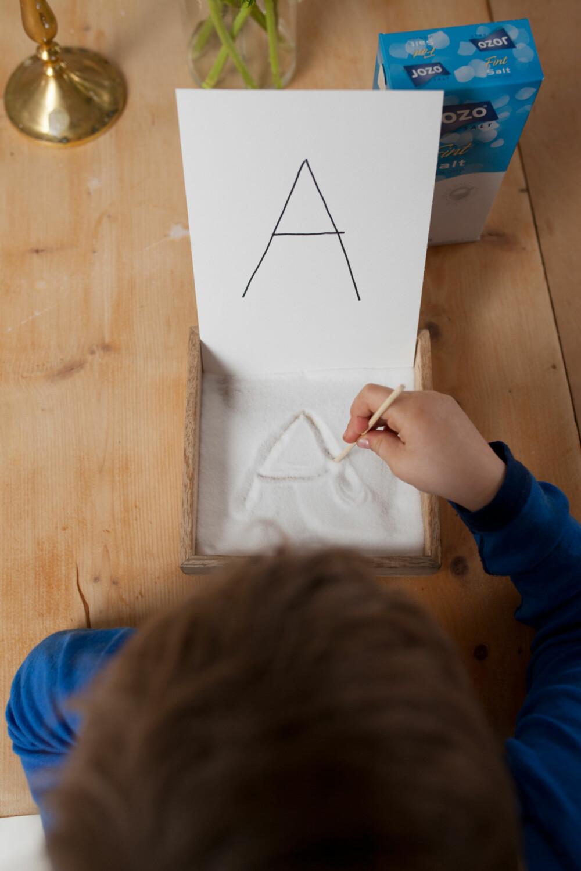 SALT: Å skrive i salt hjelper barna å forstå hvordan bokstavene skal se ut.