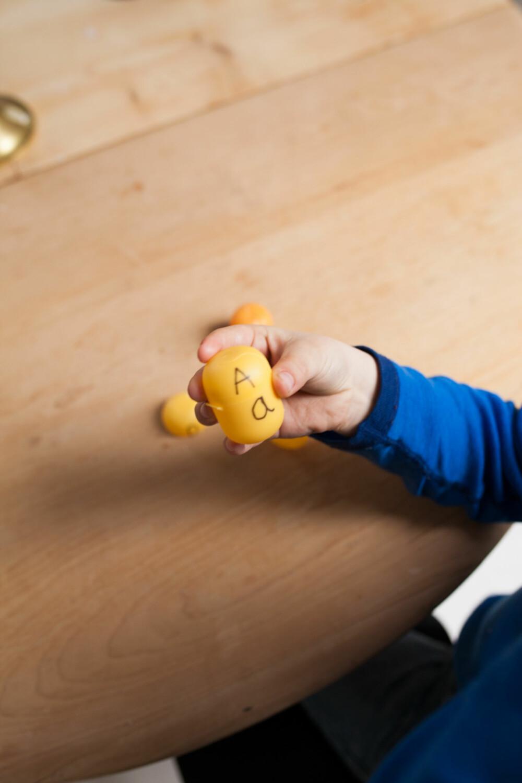 KINDEREGG: Å tegne på kinderegg kan lære ungene forskjellen på store og små bokstaver.