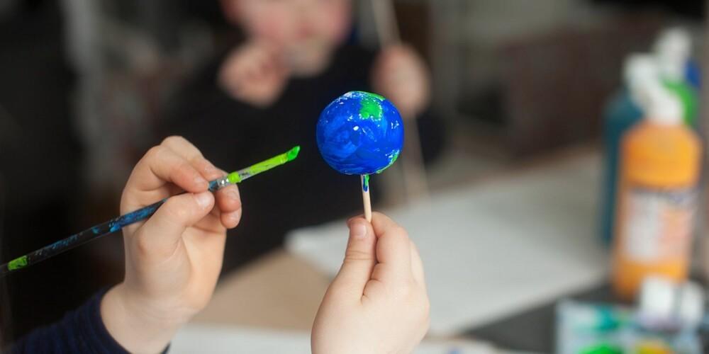 VERDENSROMMET FOR BARN: En modell av solsystemet for barnehagebarn kan fint males på en kule.