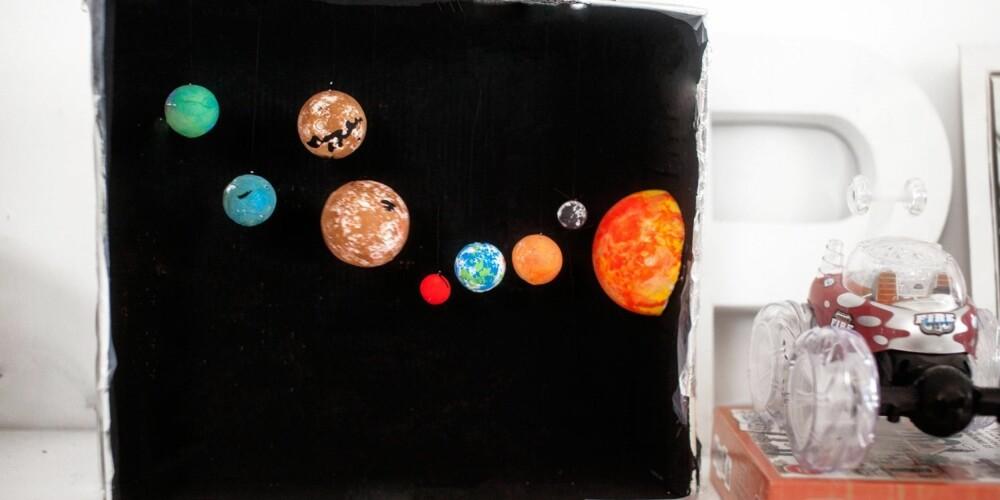 VERDENSROMMET FOR BARN: Kveldsmaten kan fort bli et helt eget solsystem. Modellen av solsystemet kan pynte opp barnehagen eller barnerommet hjemme.