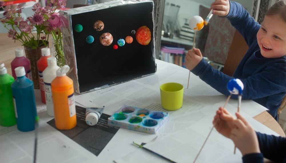 VERDENSROMMET FOR BARN: Å lage en modell av solsystemet er en fin måte å være å være sammen på.