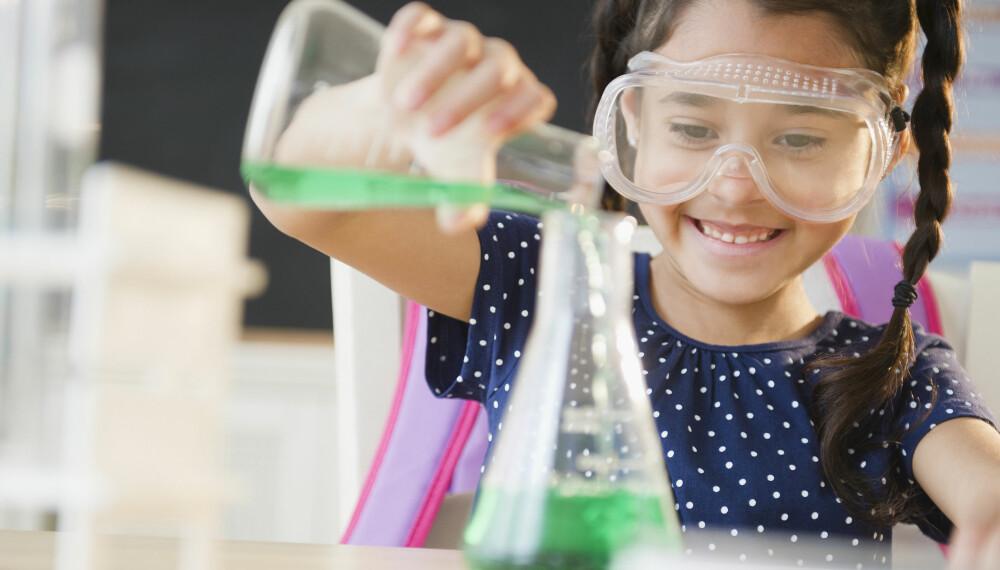 EKSPERIMENTER FOR BARN: Det finnes mange kule eksperimenter å gjøre for barn. Forsøk med vann, lag en vulkan eller lag samarbeidsoppgaver for barna.