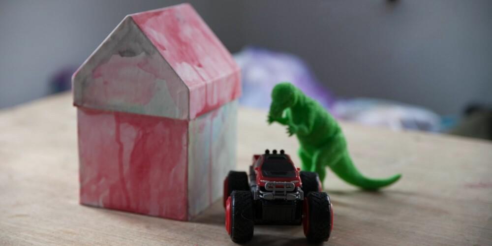 3057fbee KOMPONÉR EN TREKANT: Huset, dinosauren og bilen lager sammen formen av en  trekant.