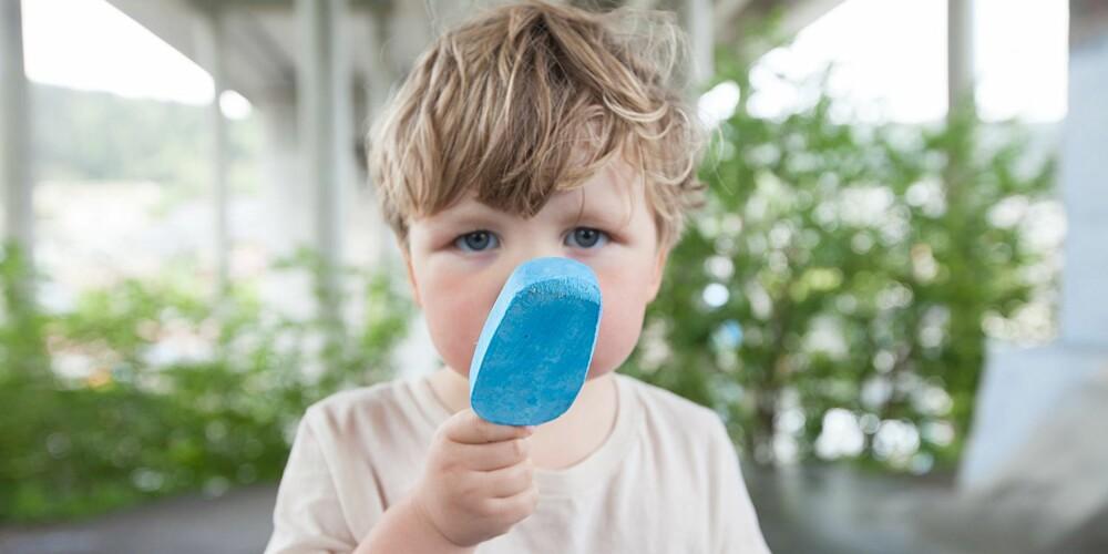 """IKKE SPISELIG: """"Det ser jo ut som is, jo"""", sier lillebror, som ikke var med å lage krittene. Men pass på, krittene er ikke spiselige."""