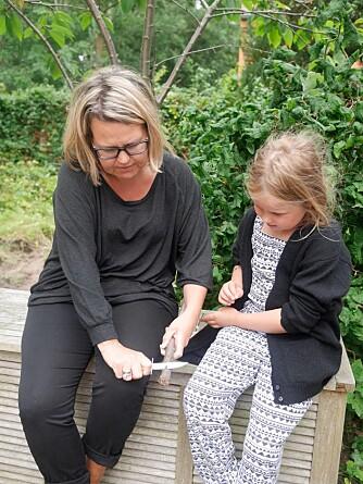 LÆR BARNA SPIKKING: Du kan hjelpe barna å bli flinke til spikking.