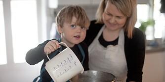 RIKTIG MENGDE: La barna måle opp en ingrediens i en egen bolle, og deretter helle det over i bakebollen. På den måten er det lett å rette opp eventuelle feilberegninger. Foto: Per Olav Sølvberg.