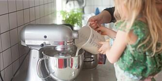 KLARER SELV: La barna bruke desilitermål og vekt til å veie og måle. La meg få holde den helt selv, sier Filippa til mamma. Foto: Per Olav Sølvberg.